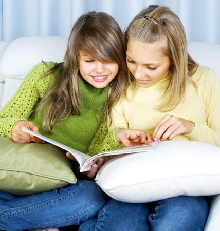 Tenitytöt tykkäävät lukea yhdessä Systeri lehteä
